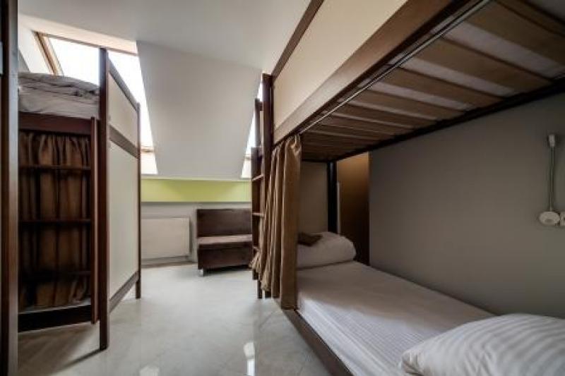 OSTRIV Шестимісна кімната з диваном